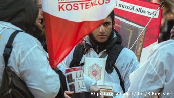 Salafisten verteilen Korane (picture-alliance/dpa/B.Roessler)